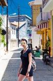 Calles de exploración del turista de la mujer joven en Levkas Fotos de archivo libres de regalías