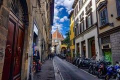 calles de Florencia con las motocicletas con el duomo de Florance en el extremo foto de archivo libre de regalías