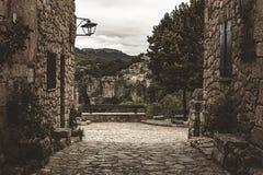 Calles de la arquitectura Románica, de una ciudad en España meridional fotografía de archivo