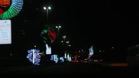 Calles de la ciudad con las decoraciones creativas ligeras hermosas - celebración del día nacional de United Arab Emirates almacen de metraje de vídeo