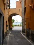 Calles de la ciudad vieja al puerto fotografía de archivo