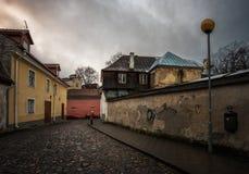 Calles de la ciudad vieja de Tallinn Estonia imagenes de archivo