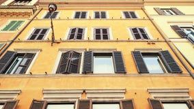 Calles de la construcción de viviendas en Roma Windows con los obturadores Fachadas de casas viejas en las calles de Italia trave almacen de video