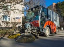 Calles de la limpieza de la ciudad con la ayuda del barrendero del subcompact foto de archivo libre de regalías