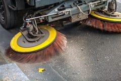 Calles de la limpieza de la máquina del barrendero de calle Imagenes de archivo