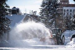 Calles de la limpieza del tracktor del lanzador de nieve Imagen de archivo