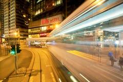Calles de la noche con los rascacielos y falta de definición de movimiento en el camino oscuro Imagen de archivo