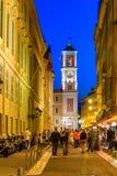 Calles de la tarde en la ciudad vieja Niza de Francia y de la Luna Nueva Foto de archivo