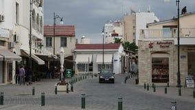 Calles de Larnaca con la gente y los coches metrajes