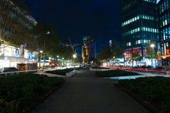 Calles de las compras de Berlín occidental en la iluminación de la noche Imagen de archivo libre de regalías