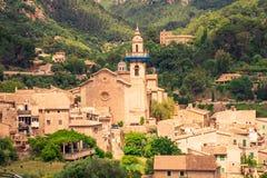 Calles de los beautifuls de Valldemossa Vista de la iglesia en el centro de ciudad fotografía de archivo