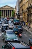 Calles de París con los automóviles de los años 50 Imágenes de archivo libres de regalías