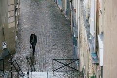 Calles de París en la lluvia Fotos de archivo libres de regalías