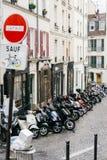 Calles de París en la lluvia Imágenes de archivo libres de regalías