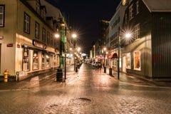 Calles de Reykjavik en la noche foto de archivo libre de regalías