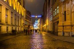 Calles de Riga en la noche foto de archivo libre de regalías
