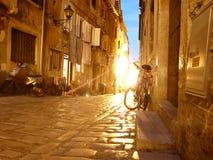 Calles de una ciudad medieval de la noche imagen de archivo libre de regalías