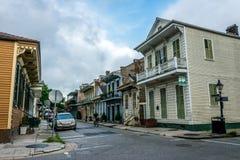 Calles del barrio francés antiguo en New Orleans, Luisiana Las mansiones y los turistas coloniales antiguos en la calle Fotografía de archivo