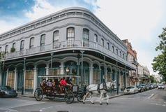 Calles del barrio francés en New Orleans Excursión turística a las vistas de la ciudad antigua Imagen de archivo libre de regalías