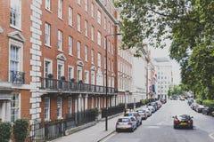 Calles elegantes en centro de ciudad de Londres cerca de Belgravia y de Mayfair Foto de archivo