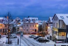 Calles en Reykjavik en el tiempo de la Navidad, Islandia Foto de archivo libre de regalías