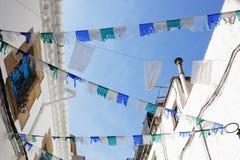 Calles españolas de la decoración con las banderas durante días de fiesta Fotografía de archivo