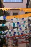 Calles españolas de la decoración con las banderas durante días de fiesta Fotos de archivo