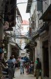 Calles estrechas de la ciudad de piedra - ciudad principal de Zanzíbar, provincia colonial vieja Fotos de archivo libres de regalías