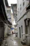 Calles estrechas de la ciudad de piedra - ciudad principal de Zanzíbar, provincia colonial vieja Imágenes de archivo libres de regalías