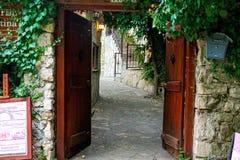 Calles estrechas de la ciudad vieja de Mostar imagen de archivo libre de regalías