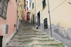 Calles estrechas del pueblo italiano Cervo fotografía de archivo