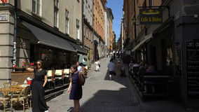Calles estrechas en la ciudad vieja Gamla Stan en Estocolmo almacen de video