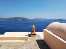 Calles estrechas en Oia, isla de Santorini, Grecia Casas blancas, mar azul fotografía de archivo