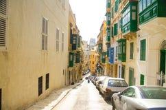 Calles estrechas y edificios amarillos en La Valeta, Malta imagen de archivo