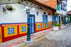 Calles hermosas y coloridas en Guatape, conocido Imagenes de archivo