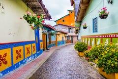 Calles hermosas y coloridas en Guatape, conocido Fotos de archivo libres de regalías