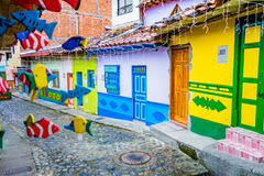 Calles hermosas y coloridas en Guatape, conocido como ciudad de Zocalos colombia Fotos de archivo libres de regalías