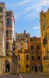Calles históricas hermosas con los edificios viejos de la Venecia-foto sin los turistas foto de archivo