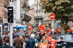 Calles llenas con la marcha política de los protestors durante un francés nacional Fotos de archivo libres de regalías