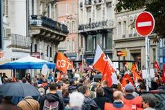Calles llenas con la marcha política de los protestors durante un francés nacional Imagenes de archivo
