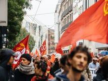 Calles llenas con la marcha política de los protestors durante un francés nacional Foto de archivo
