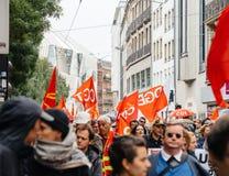 Calles llenas con la marcha política de los protestors durante un francés nacional Imagen de archivo libre de regalías