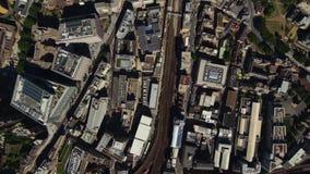 Calles muy transitadas de los edificios céntricos del distrito de Londres en día soleado brillante en paisaje urbano aéreo del ab almacen de video