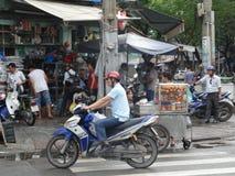 Calles muy transitadas de Phnom Penh - capital de Camboya Foto de archivo