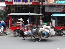 Calles muy transitadas de Phnom Penh - capital de Camboya Imágenes de archivo libres de regalías