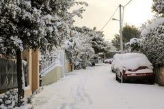 Calles nevadas de la mañana hermosa del invierno de Atenas, Grecia, 8va de enero de 2019 fotografía de archivo