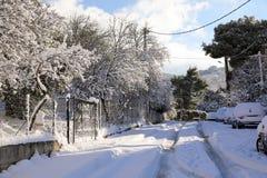 Calles nevadas de la mañana hermosa del invierno de Atenas, Grecia, 8va de enero de 2019 fotos de archivo
