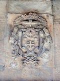 Calles silenciosas en la ciudad vieja de Jerusalén, Israel El escudo de armas en la pared de la casa encendido vía Delorosa imagenes de archivo