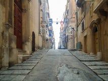Calles tranquilas de la capital de Malta - La Valeta El arzobispo Street Foto de archivo