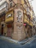 Calles tranquilas de la capital de Malta - La Valeta La esquina de la calle y del arzobispo Street de StUrsula Foto de archivo